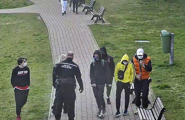 Nymburští strážníci domlouvají skupinkám mladých uhradeb.