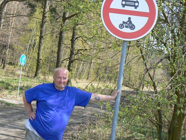 Cesta lesem na Patříně je orámována zákazovými značkami