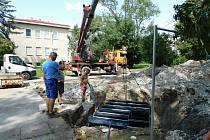 Ukládání podzemních technologií pod budoucí fontánu.