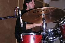 Petr matoušek při studiové práci se skupinou Stays In Touch.
