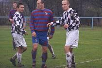 Tibor Mičinec (uprostřed) je v nymburském okrese známý. Trénoval lyský Slovan a jako hráč nastupoval za Loučeň