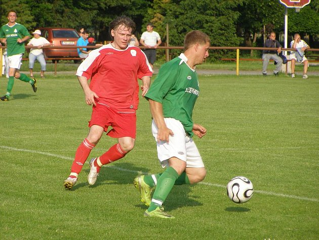 Sokolečský Miloš Čáp (vpravo) dal v prvním zápase nové sezony čtyři góly