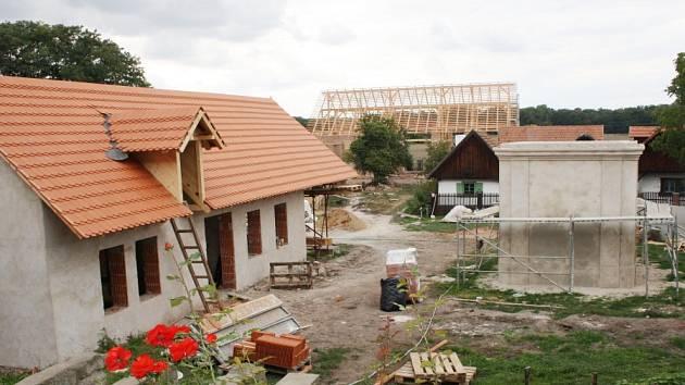 Rozšíření přerovského skanzenu o pět nových staveb má být dokončeno 31. října.