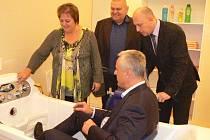 Novou zdvihací vanu s vanovým zvedákem pro imobilní osoby si vyzkoušel i starosta Nymburka Tomáš Mach.