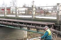 Na mostě přes Mrlinu probíhají úpravy před samotným zavřením
