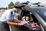 Z dárků od Besipu a policie se těšily starší děti i téměř čtyřletá Adélka v dětské sedačce.