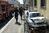 Na křižovatce ulic Boleslavská a V Kolonii došlo ke střetu Škody Fabia a policejního vozu, který pod houkačkami spěchal k jinému případu.