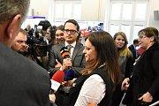 Jednání středočeských zastupitelů se v pondělí setkalo se značným zájmem médií. Na snímku v obležení reportérů během polední pauzy hejtmanka Jaroslava Pokorná Jermanová (ANO).