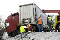 Kamion zatarasil silnici.