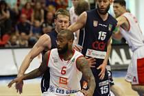 Z prvního basketbalového finálového utkání Nymburk - Děčín (69:64)
