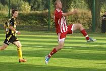 HRDINA A SMOLAŘ. Zkušený útočník Záp Petr Mikolanda (vpravo) obral ve druhém poločase o míč litolského obránce Miroslava Helmicha (vlevo), odcentroval a posadil míč přesně na hlavu Hakla. To byla gólová tečka zápasu
