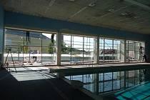 Instalace prosklené stěny na jižní straně městského bazénu v Nymburce
