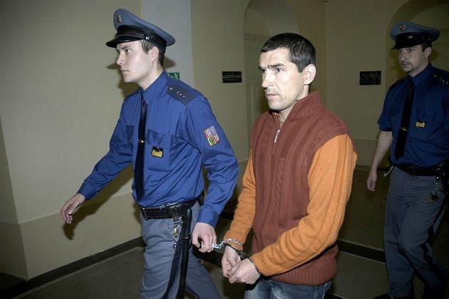 Mihal Vieru u nymburského soudu.