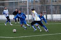 Fotbalisté Poříčan (v modrém) se drželi s divizními Neratovicemi jen šedesát minut. Nakonec prohráli 0:3.
