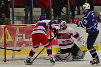 PRVNÍ DERBY NEZVLÁDLI. Hokejisté Nymburka (v bílém) prohráli na ledě Kolína dvoubrankovým rozdílem 2:4. Na snímku právě dostávají jeden ze čtyř gólů