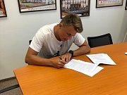 PROFESIONÁL. Filip Novotný podepsal svoji první smlouvu. Stal se hráčem nymburského mistrovského mužstva.