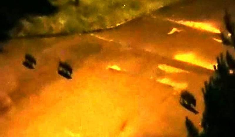 Nepříliš kvalitní snímky dokumentují pohyb divokých prasat v bezprostřední blízkosti obydlí a aut v Lesní ulici v Milovicích.