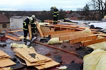 Nejvíce práce měli hasiči po orkánu Sabina na Loučeni na kulturním domě.