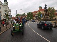 Maturanti z poděbradské zemědělské školy se rozloučili  se školními lavicemi už tradičně traktorparádou.