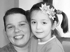 Adélka s maminkou Monikou tráví hodně času doma.
