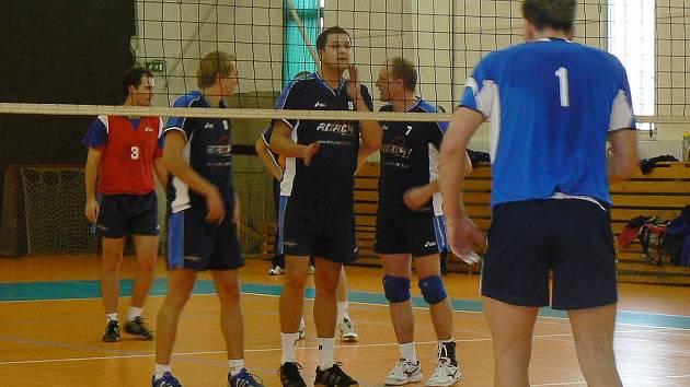 Volejbalisté Čelákovic (za sítí) čekají na slánský servis