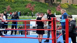 Boxeři se představili na otevřené lodi