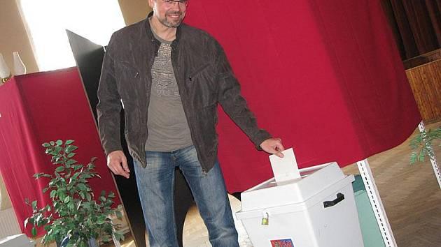 Přesně ve dvě odpoledne se otevřely volební místnosti na Nymbursku. Náš reportér byl první minuty v Městci Králové.