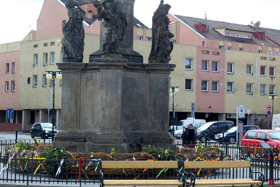 Velikonočně vyzdobené náměstí Přemyslovců v Nymburce.