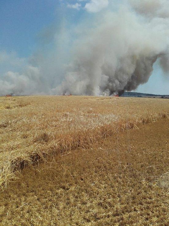 Požár obilí u obce Slibovice 2. července 2019.