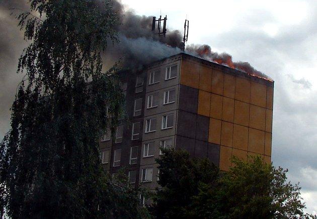 V centru Čelákovic hořel panelový dům.