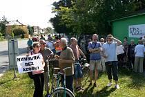 Zhruba pět desítek lidí s transparenty a rouškami přišlo ve čtvrtek na demonstraci před zinkovnu Azos na nymburském Zálabí.