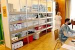 Zdravotnické zázemí s pomůckami i vakcínami.