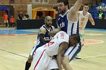 DEBAKL. Basketbalový tým Nymburka se do semifinále pořádně opřel. V souboji  je nymburský Lenzly a kolínský  Jelínek,  Ames a domácí Nečas sledují vše z dálky