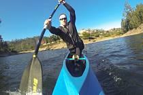 JE TO DŘINA. Takto brázdil rychlostní kanoista Martin Fuksa portugalské vody, nyní prohání běžky na horách