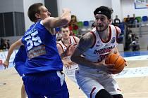 Nymburský basketbalista Zach Hankins