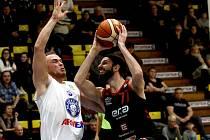 Výhra číslo 83. Basketbalisté Nymburka (v černém) porazili v nadstavbě nejvyšší soutěže Děčín na jeho palubovce