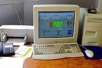 Operátorské pracoviště s počítačem řídicí kompletní technologii Čistírny odpadních vod Poděbrady.