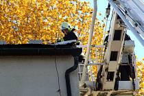 Nymburští hasiči museli vyjet také ke Sportcentru, kde se na střeše uvolnilo několik krajních plechů u budov hned vedle hlavního vchodu do Sportovního centra.