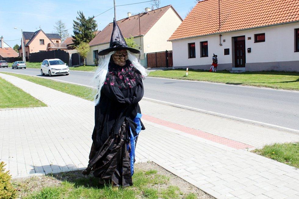Čarodějnická výzdoba v Podmokách.