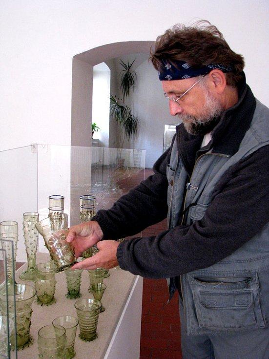 Ve Vlastivědném muzeu v Nymburce zahajuje ve čtvrtek výstava replik historického skla Jiřího Haidla a obrazů a grafiky Přemysla Povondry.