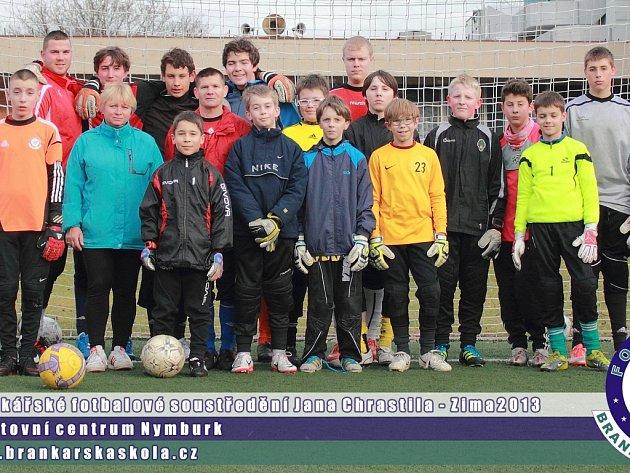 MAKALI NAPLNO. Mladí brankáři, kterých se sešlo šestnáct, zlepšovali své umění ve Sportovním centru v Nymburce.  Fotbalová škola se uskuteční také v létě