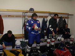 Foto z kabiny týmu Stavitelství Mutl po zápase. Zleva Vojta , Pokorný, Kalousek, D. Mužátko