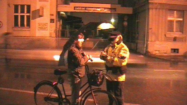 Strážníci v Nymburce kontrolovali neosvětlené cyklisty