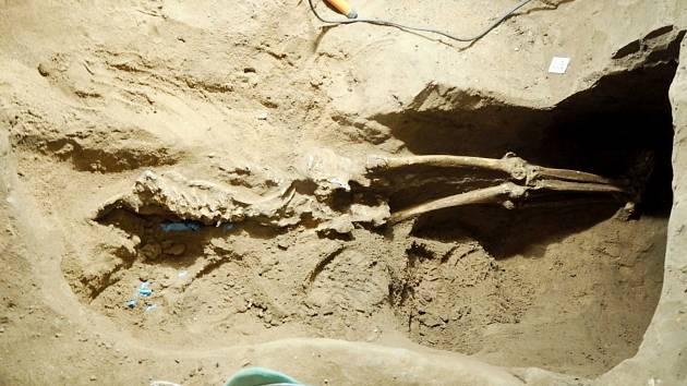 Nález lidských ostatků pod poděbradskou garáží.