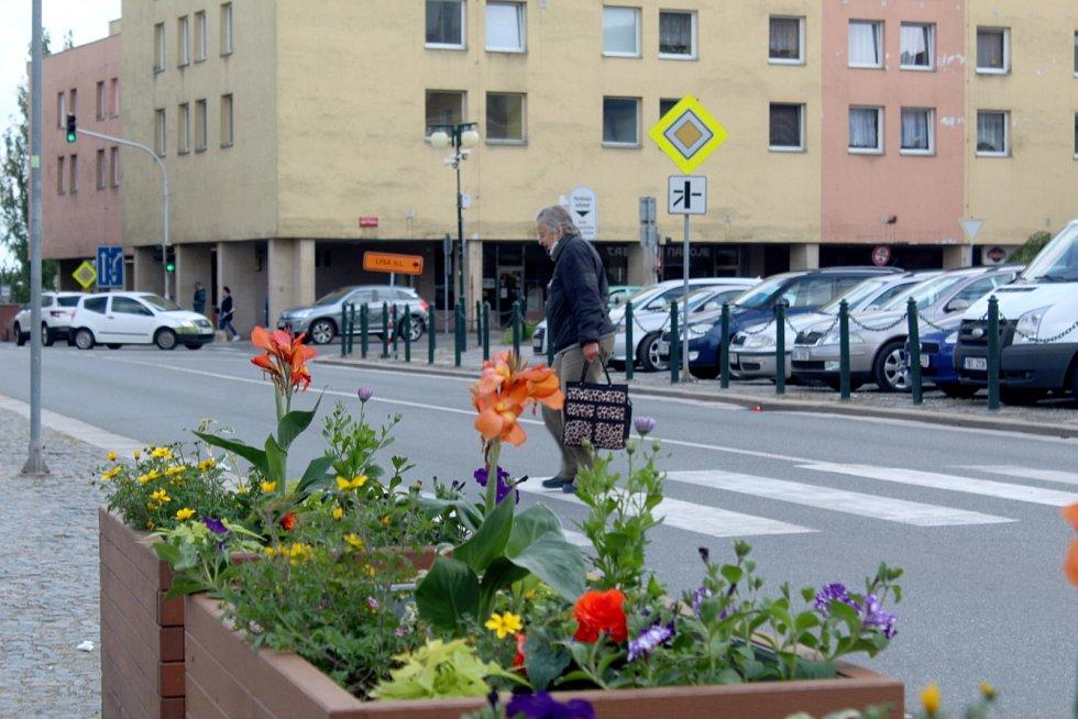 Květinové truhlíky už zkrášlují centrum Nymburka.