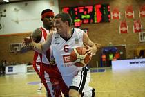 Z basketbalového utkání nejvyšší soutěže Nymburk - Pardubice (81:63)