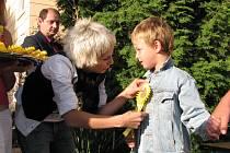 Zpěvačka Aneta Langerová přivítala prvňáčky do sadské základní školy.