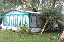 K tragédii se schylovalo v nedalekém kempu v Ostré. Tam po čtvrté hodině zavál natolik silný vichr, že povalil část mohutného kmene, který dopadl na karavan přímo pod ním.