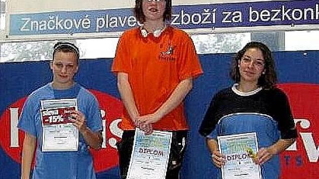 Plavkyně SKP Nymburk Anežka Nováková (uprostřed) získala pět zlatých medailí