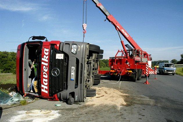 Řidič kamionu nezvládl zatáčku.
